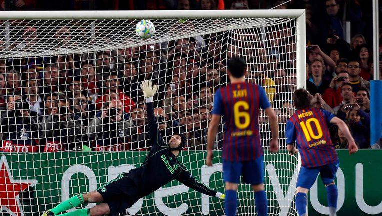 Messi trapt de beslissende penalty tegen de deklat. Zo bleef het 2-1, waarna Torres in de slotfase nog toesloeg. Beeld EPA