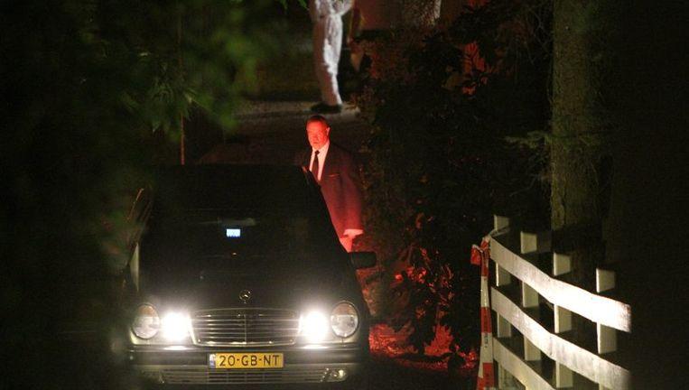Een lijkwagen arriveert in de nacht van maandag op dinsdag bij de villa waar horecamagnaat Sjoerd Kooistra dood is aangetroffen. Foto ANP Beeld