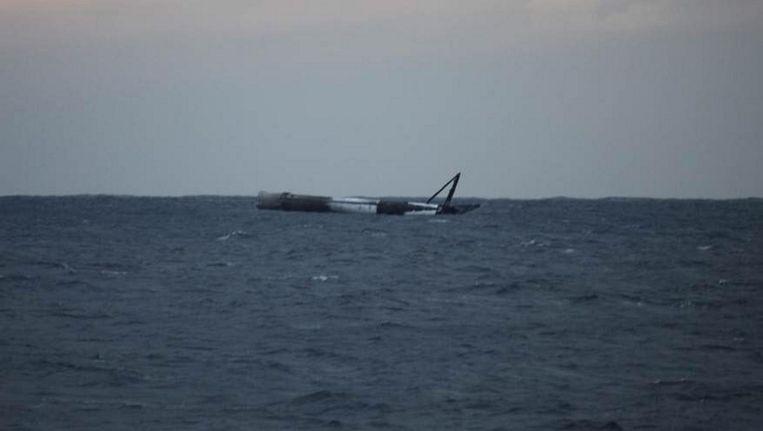De eerste trap van een Falcon 9 raket dobbert rond na een landing op volle zee. Beeld null