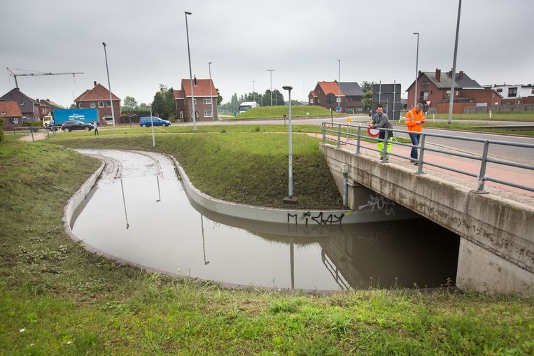 Werkmannen van AWV moeten wachten tot het water volledig zakt. Te gevaarlijk om hierin te werken.