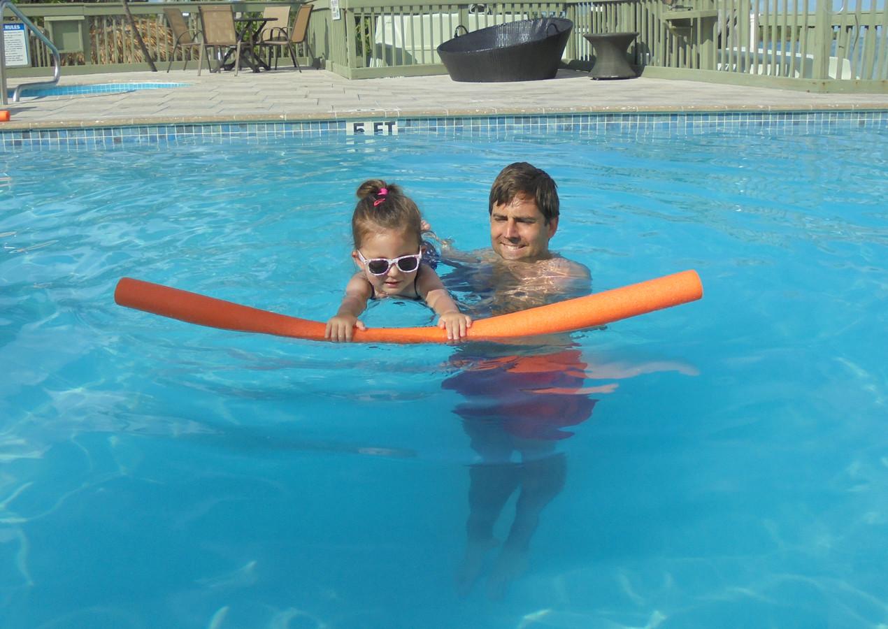 Sara en haar vader Bram genieten samen van een frisse duik in het zwembad.