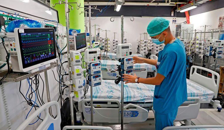 Een verpleger zet bedden en medische apparatuur klaar in een ondergrondse parkeerplaats die wordt omgebouwd tot ziekenhuis in de Israëlische stad Haifa. Beeld AFP