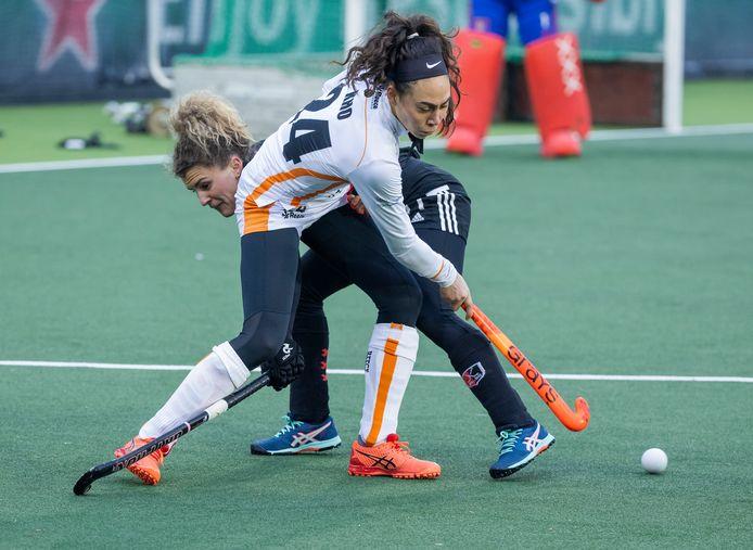 Thirsa Kho van Oranje-Rood in een fel duel met Maria Verschoor van Amsterdam.