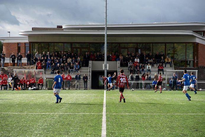 Thuiswedstrijd SC Gastel met de tribune en kantine op de achtergrond en daar weer achter brede school Futura. De voetbalclub groeit als kool en dus kijkt de politieke fractie WOS Halderberge uit naar een nieuwe gebiedsvisie op het sportcluser.