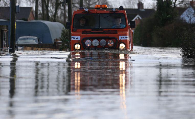 Een speciale truck baant zich een weg door het water in Somerset. Beeld getty