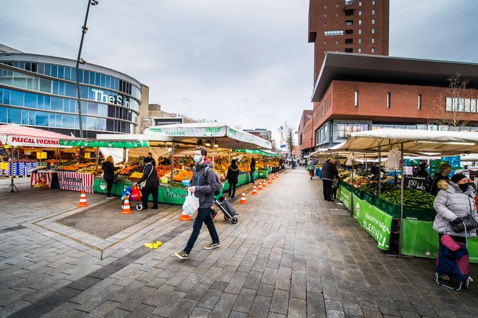 Door het wegblijven van Duitsers is het erg rustig op de Enschedese warenmarkt.