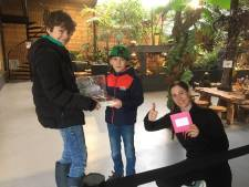 Wessel (9) en Jan (10) halen geld en voedsel op voor reptielenhuis De Aarde