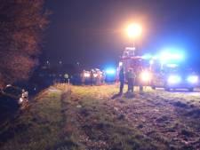 Auto schiet het water in langs A1 bij Holten