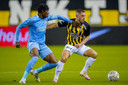 Maximilian Wittek schermt de bal af van Noni Madueke van PSV. De Duitser is een vraagteken tegen Willem II.
