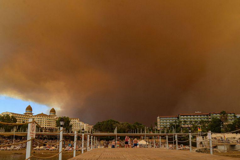 Toeristen in het zuiden van Turkije geëvacueerd wegens bosbranden. Beeld AFP