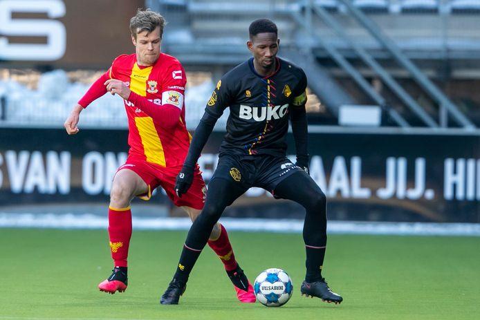 Jeroen Veldmate (nu Go Ahead) en Glynor Plet (nu Telstar) speelden zaterdag tegen elkaar op bekend terrein. De twee oud-spelers van Heracles troffen elkaar op Erve Asito, omdat het veld in Deventer niet bespeelbaar is.