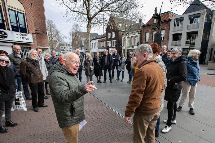 Voormalig stadsdichter Bert Kuijpers geeft tekst en uitleg tijdens een stadswandeling in 2019.
