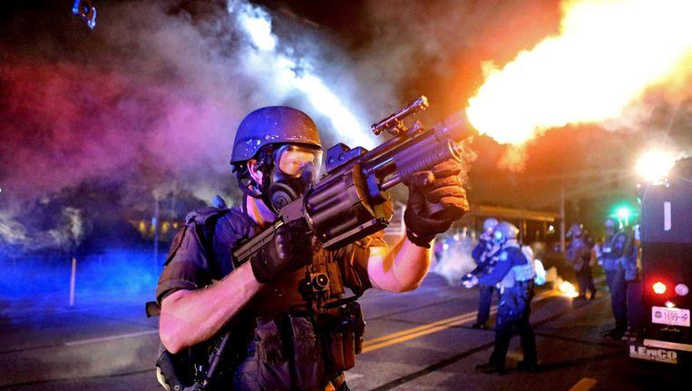 Een politieagent in Fergusson, Missouri, schiet traangas af op een menigte. Archieffoto. Beeld reuters