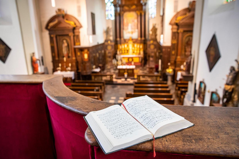 Desolaat koorboek in een lege kerk in Gronsveld.