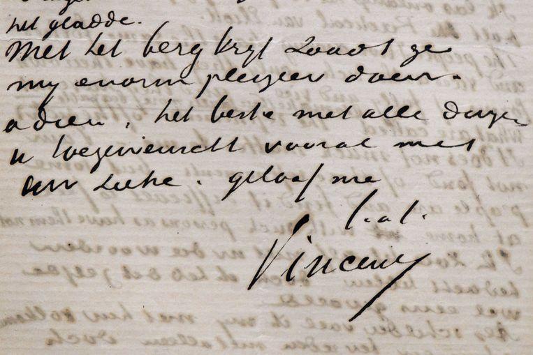 Een brief in het sierlijke handschrift van schilder Vincent van Gogh. Beeld EPA