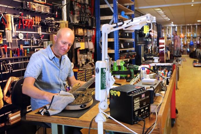 Jan-Willem van Zanten van muziekhandel Dijkmans Muziek aan de Haagdijk. FOTO Ramon Mangold/ Pix4Profs