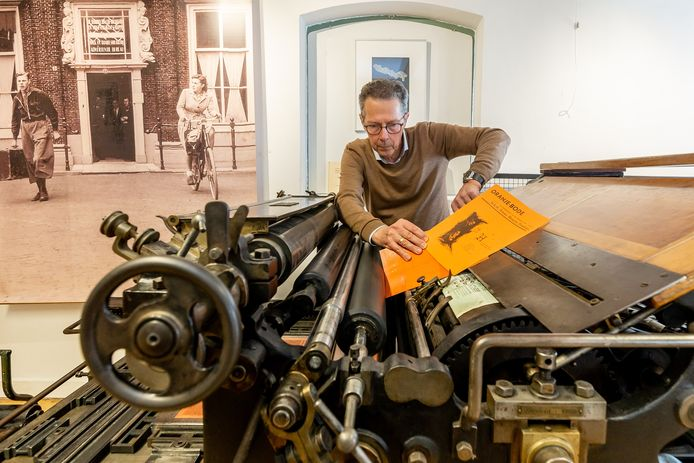 Co Nagelkerke van het Drukkerijmuseum legt op de nog altijd werkende drukpers een sjabloon van de voormalige Oranjekrant.