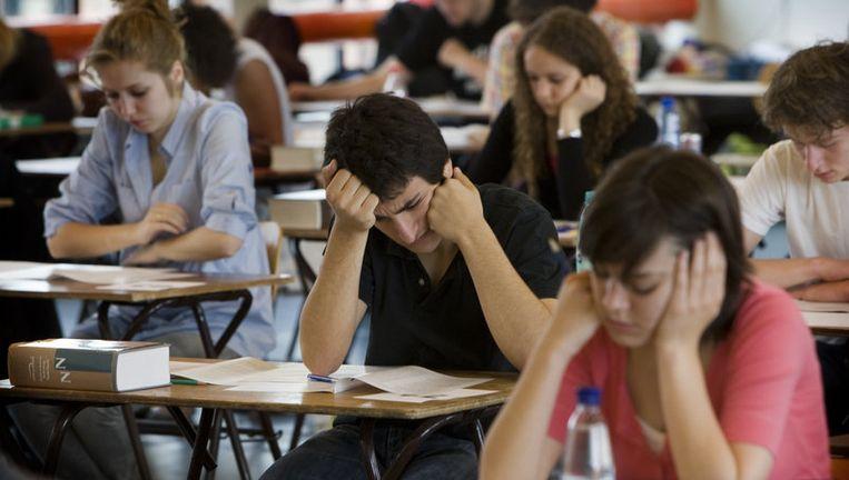 Leerlingen van het Barlaeus gymnasium in Amsterdam buigen zich over hun eindexamen. Archieffoto ANP Beeld