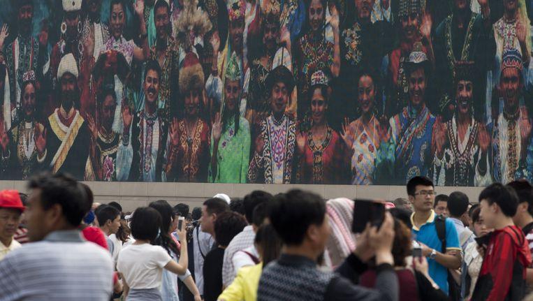 Groot scherm met propagandafilm op het Tiananmenplein in Peking. Beeld ap