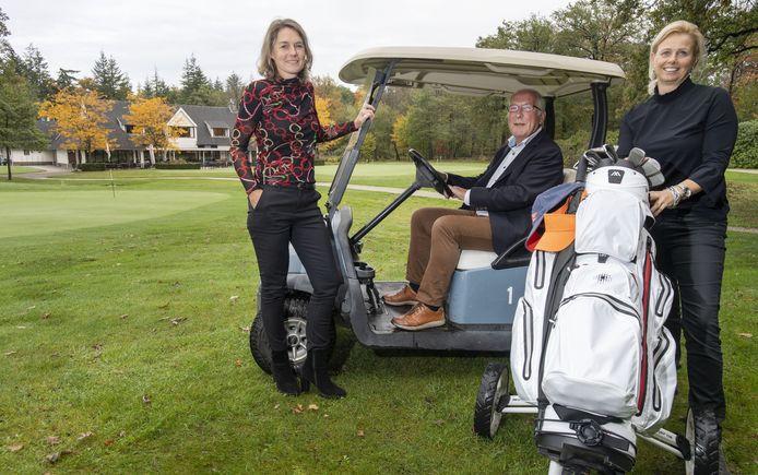 De bestuursleden van golfclub 't Sybrook. Van links naar rechts: Loes Koop, Henk van der Sijs en Nicol Kraaijenzank.