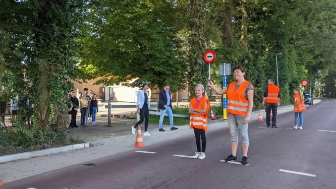 Dankzij de buurman kunnen de kinderen in Huppel nu veilig oversteken
