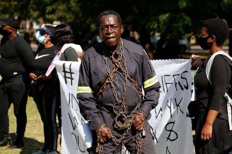 Dit is Golden Miles Bhudu, een Zuid-Afrikaanse activist voor de rechten van gedetineerden. Hij vraagt in Pretoria aandacht voor een nieuwe richtlijn die aangeeft dat wie voor 2004 is veroordeeld wellicht vervroegd vrij kan komen.  Beeld AFP