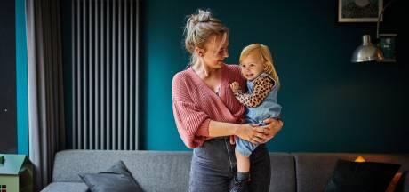 Moeder Julia maakt draagzakken voor poppenmoeders (-en vaders)