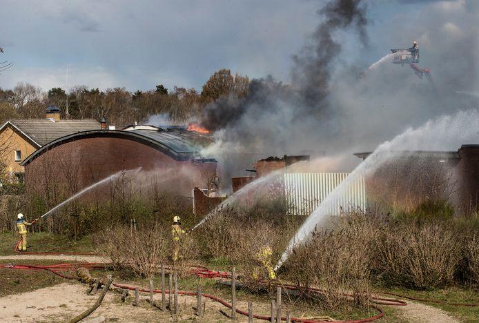 Een flinke brand bij een meubelmakerij in Gaanderen