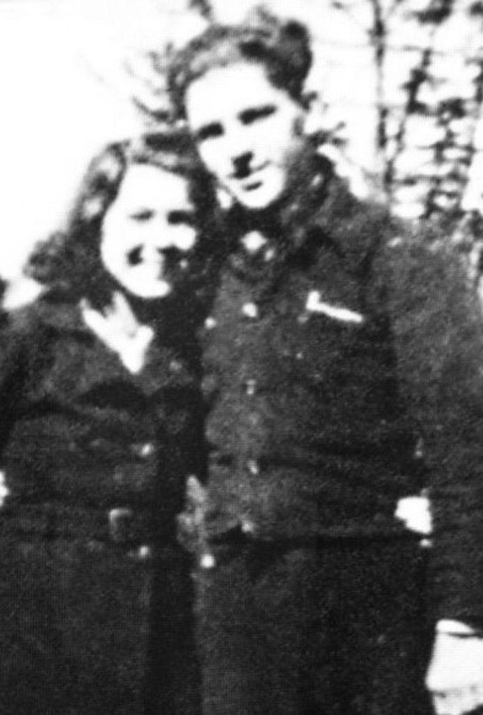 De te onduidelijke foto van Jopie Key en zijn vriendin in 1944.