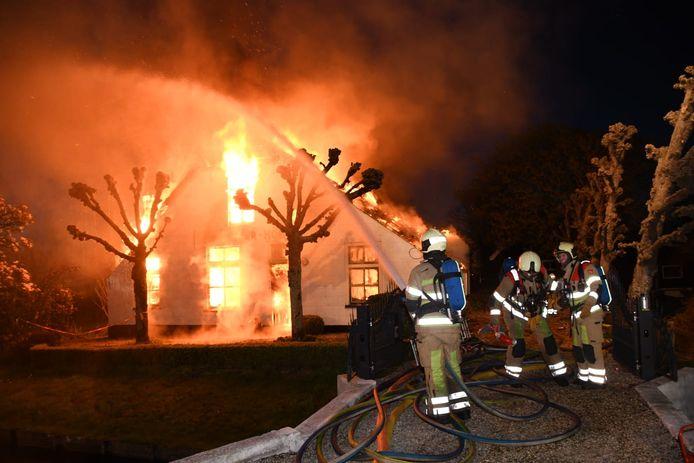 Een woonboerderij aan de Ruige Weide bij Oudewater werd eind april compleet verwoest nadat er brand was uitgebroken in de schoorsteen.