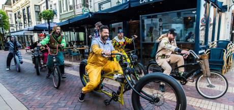 Bas en zijn vrienden fietsen verkleed van Almelo naar Drenthe, om hun geliefde café te helpen