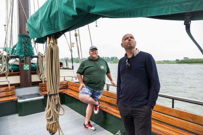 """Wilfred Spaargaren (links) en Pouwel Slurink zetten zich in voor de nieuwe Stichting Promotie Hollandsche Zeilvloot: ,,Waarom gaan scholen vijf dagen naar Parijs en niet een midweek op dit schip?"""""""