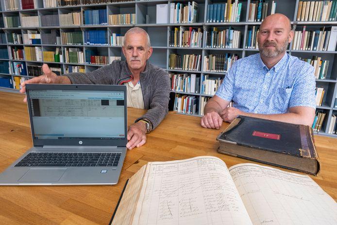 """Vrijwilliger Foort de Rijder (links), met projectleider Daniel Obbink over Wie Woont Waar: ,,Als ik een verloren uurtje heb, pak ik mijn laptop en ga ik aan de slag."""""""