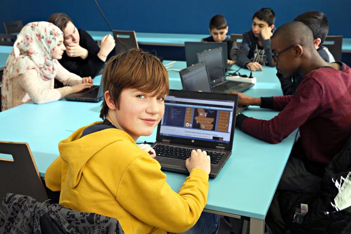 Koen (13) wil zijn hele leven blijven programmeren. De meiden op de achtergrond (Azra en Sila) niet, maar ze zijn wel blij met de vaardigheden die ze meekrijgen.