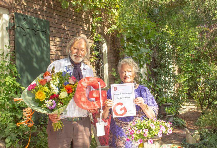 """Cor Swanenberg en zijn vrouw Nelleke de Laat met de Zachte G-prijs. ,,Ik geniet van alle Brabants streektalen"""". Die is hem donderdag digitaal uitgereikt"""