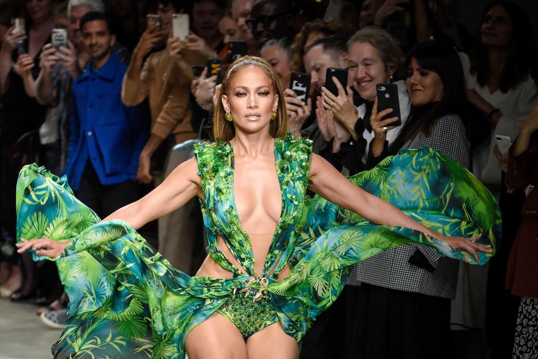 Jennifer Lopez in haar befaamde Versace-jurk tijdens de modeweek van Milaan vorige week. Beeld Photo News