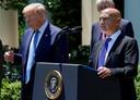 Moncef Slaoui, in mei aangesteld als hoofd van 'Operatie Warp Speed', doet in de rozentuin van het Witte Huis zijn vaccinbeleid uit de doeken. President Trump hoort dat het goed is.