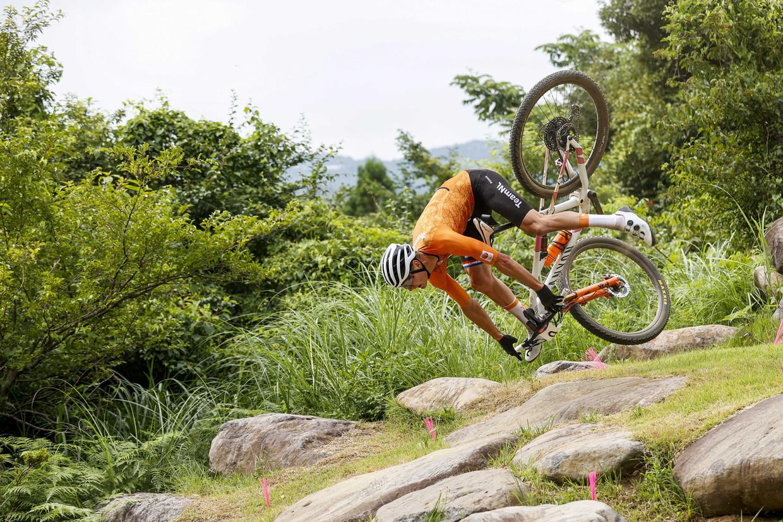 Mathieu van der Poel duikt in de eerste ronde van de olympische mountainbikerace richting de stenen nadat na de training op die plek een trapje werd weggehaald Beeld ANP