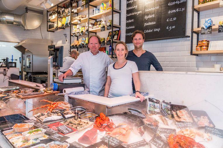 De eigenaren van The Seafood Shop in de viswinkel in de Leidsestraat.  Beeld Jesper Boot