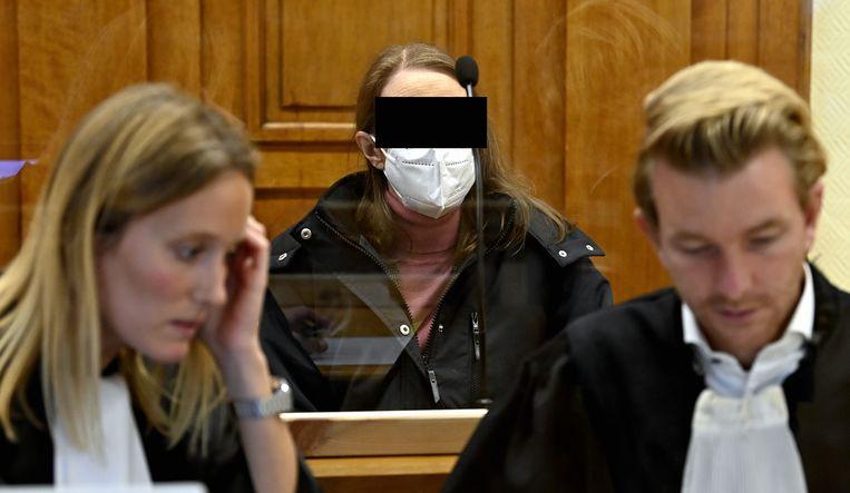 Alinda Van Der Cruysen (midden) en advocaat Nick Heinen (rechts) Beeld BELGA