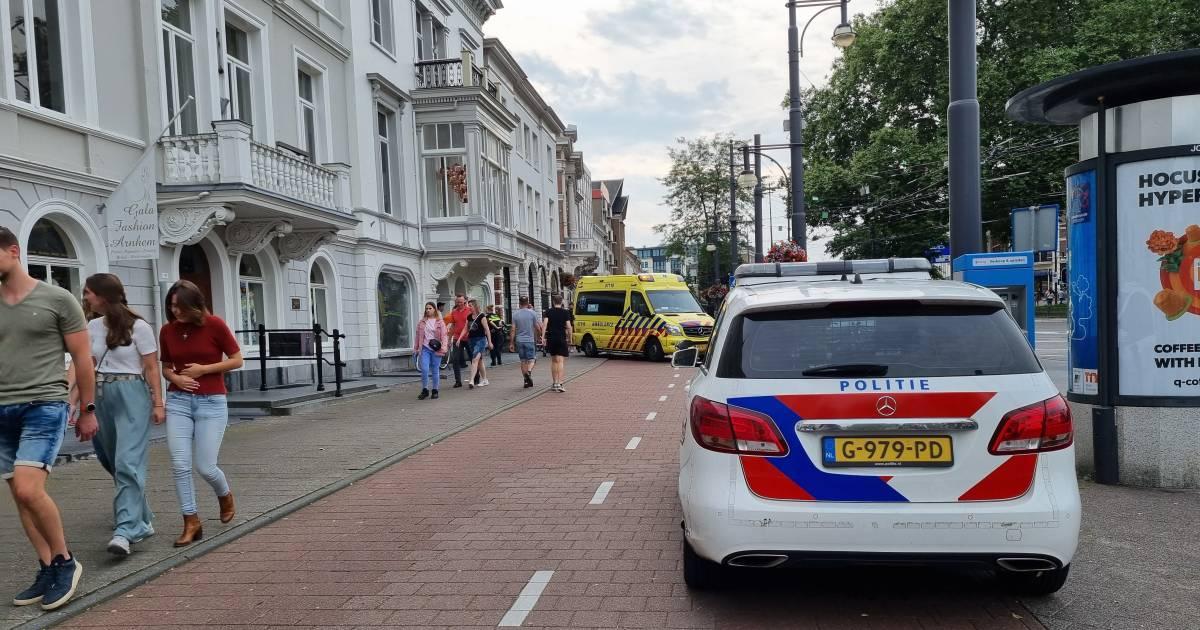 Motorrijder raakt gewond op het Hoendiep in Groningen na een botsing met een auto. Man is overgebracht naar het ziekenhuis.