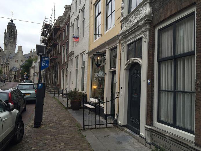 Het huis in de Lange Noordstraat in Middelburg, waar Jacob Roggeveen woonde. (Eerste huis rechts op de foto).