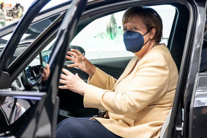 Bondskanselier Angela Merkel bewondert de techniek van de elektrische Volkswagen ID.3 op de IAA.