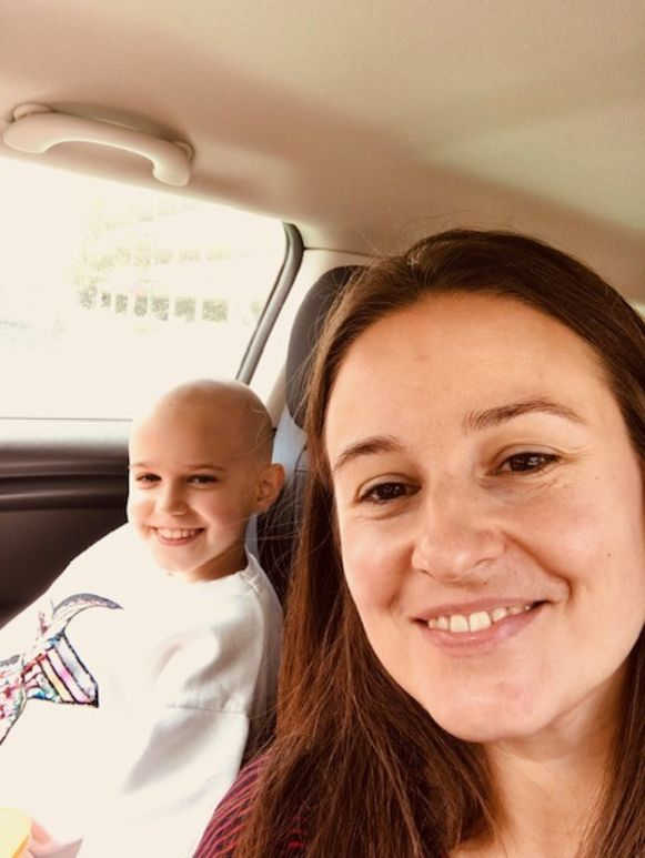 Fara Demeyer en mama Nathalie Van Nieuwenhuyse, op de dag dat Fara voor het eerst weer naar huis mocht.