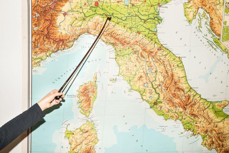 Saskia Schouten wijst Cremona aan op een schoolkaart van Italië. Beeld Jan Mulders