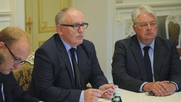 Minister Frans Timmermans van Buitenlandse Zaken (midden) ontmoet in Kiev leden van de Oekraïense regering. Beeld epa