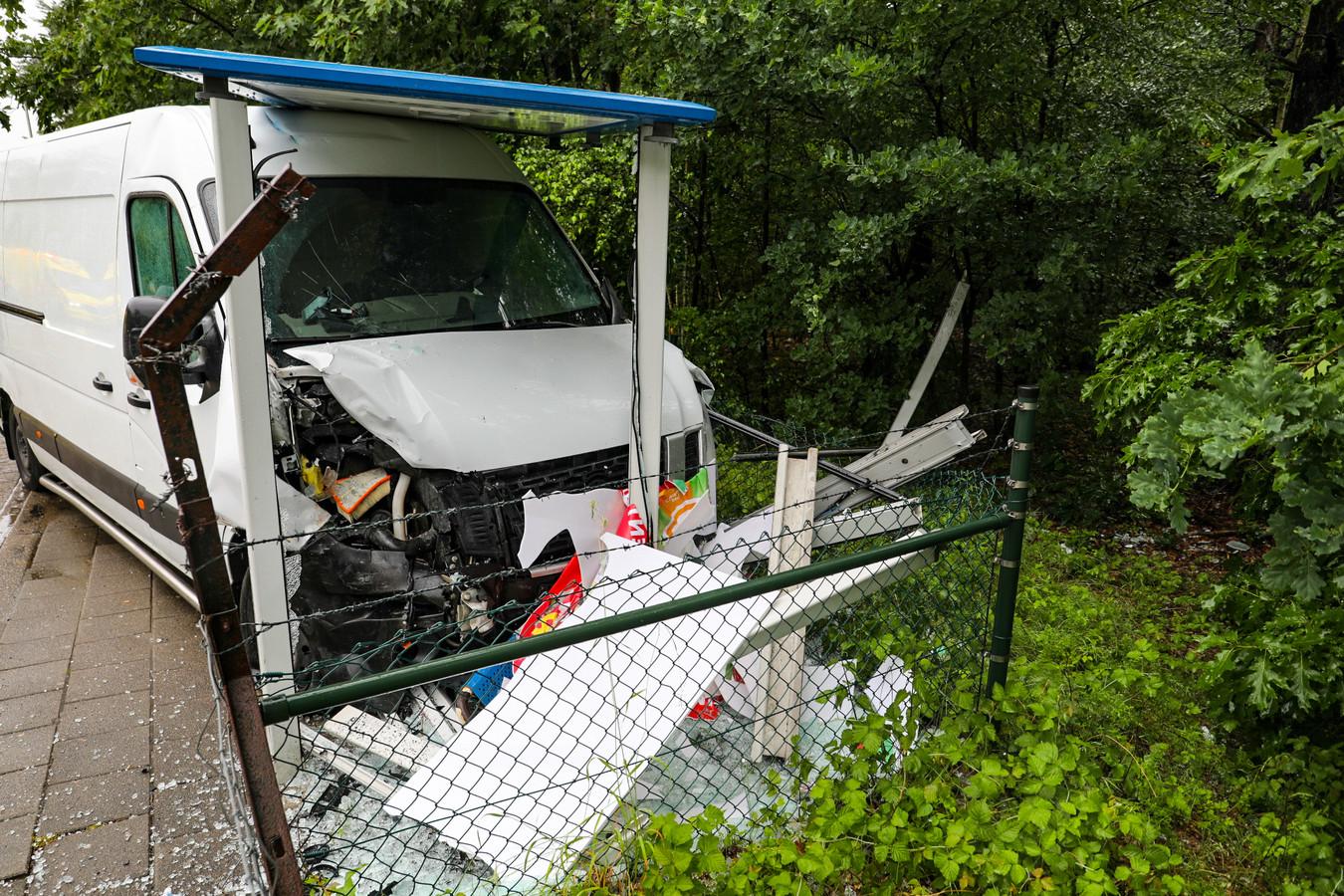 Een botsing tussen een bestelbus en een personenauto op de Beekbergerweg heeft maandagochtend een flinke ravage veroorzaakt. De bestelbus raakte na de klap van de weg en kwam in een bushokje tegen de palen en het hek tot stilstand. Het bushokje is zwaar beschadigd.