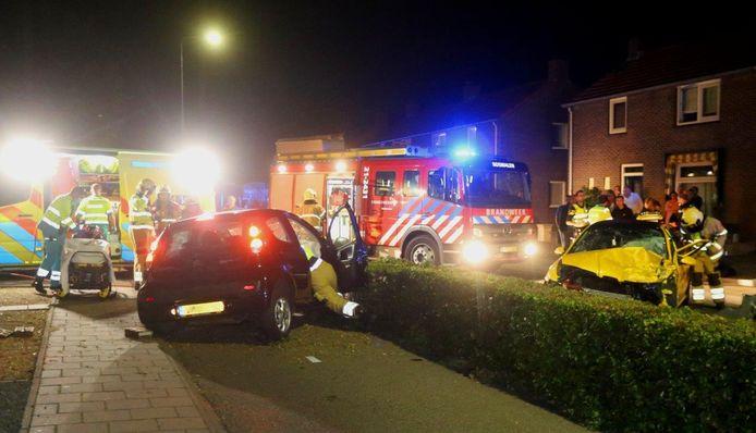 Auto vliegt door heg na frontale botsing in Rosmalen.