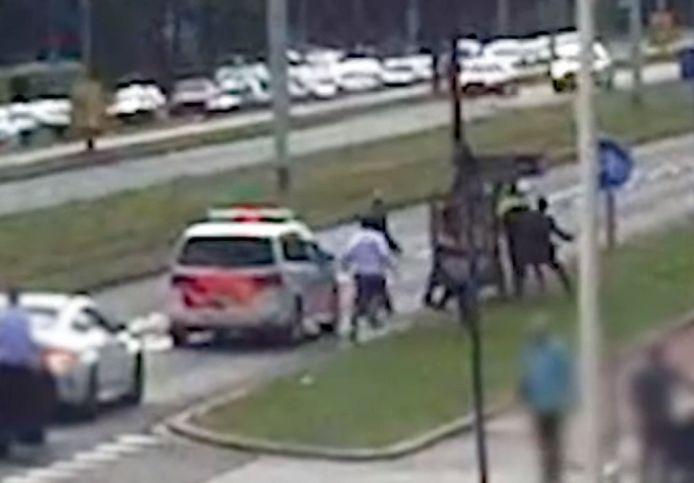 Op videobeelden is te zien hoe de agent wordt neergeslagen.