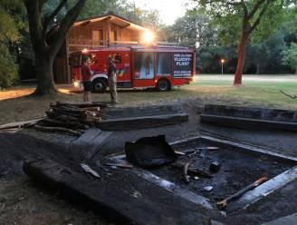 Brandweer blust kampvuur aan scoutslokaal